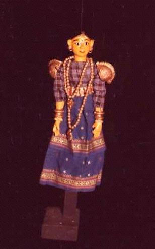 Un personnage féminin. Une petite marionnette à fils, sutrada gombeyata, hauteur : 40 cm (Karnataka, Inde). Collection : Center for Puppetry Arts (Atlanta, Géorgie, États-Unis)