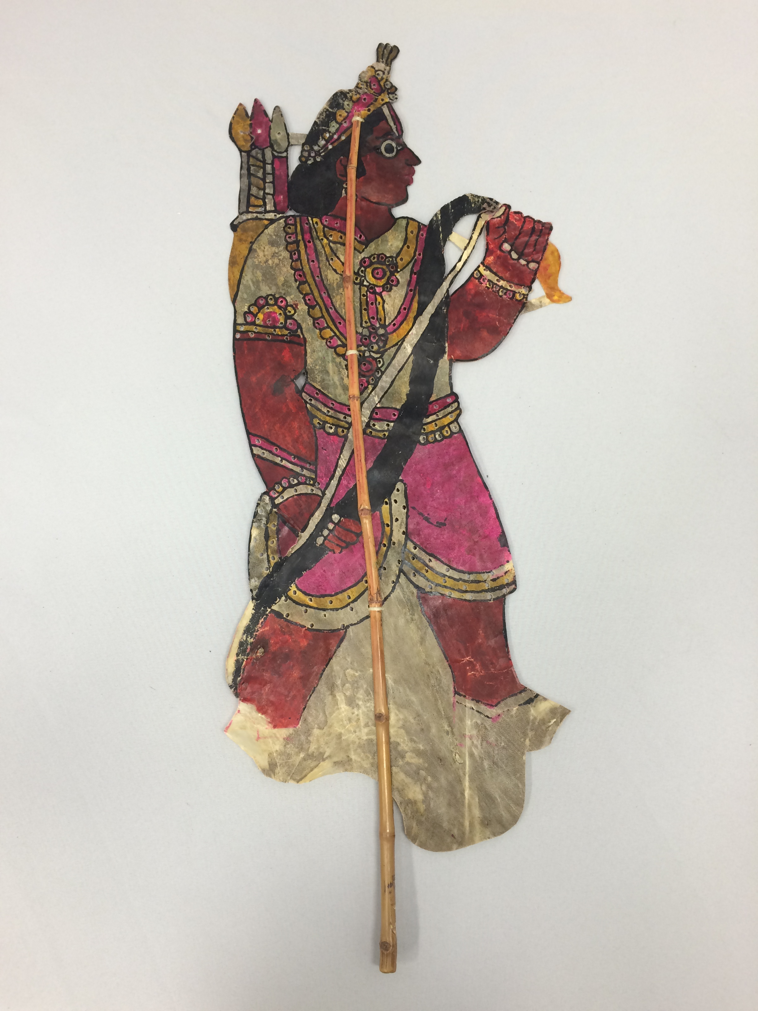 Lakshmana, du Râmâyana, une marionnette d'ombre traditionnelle de Karnataka, en Inde, togalu gombeya</em>ta</em>, hauteur : 64 cm. Collection: Center for Puppetry Arts (Georgia, Atlanta, United States), donné par Melvyn Helstien (1991)