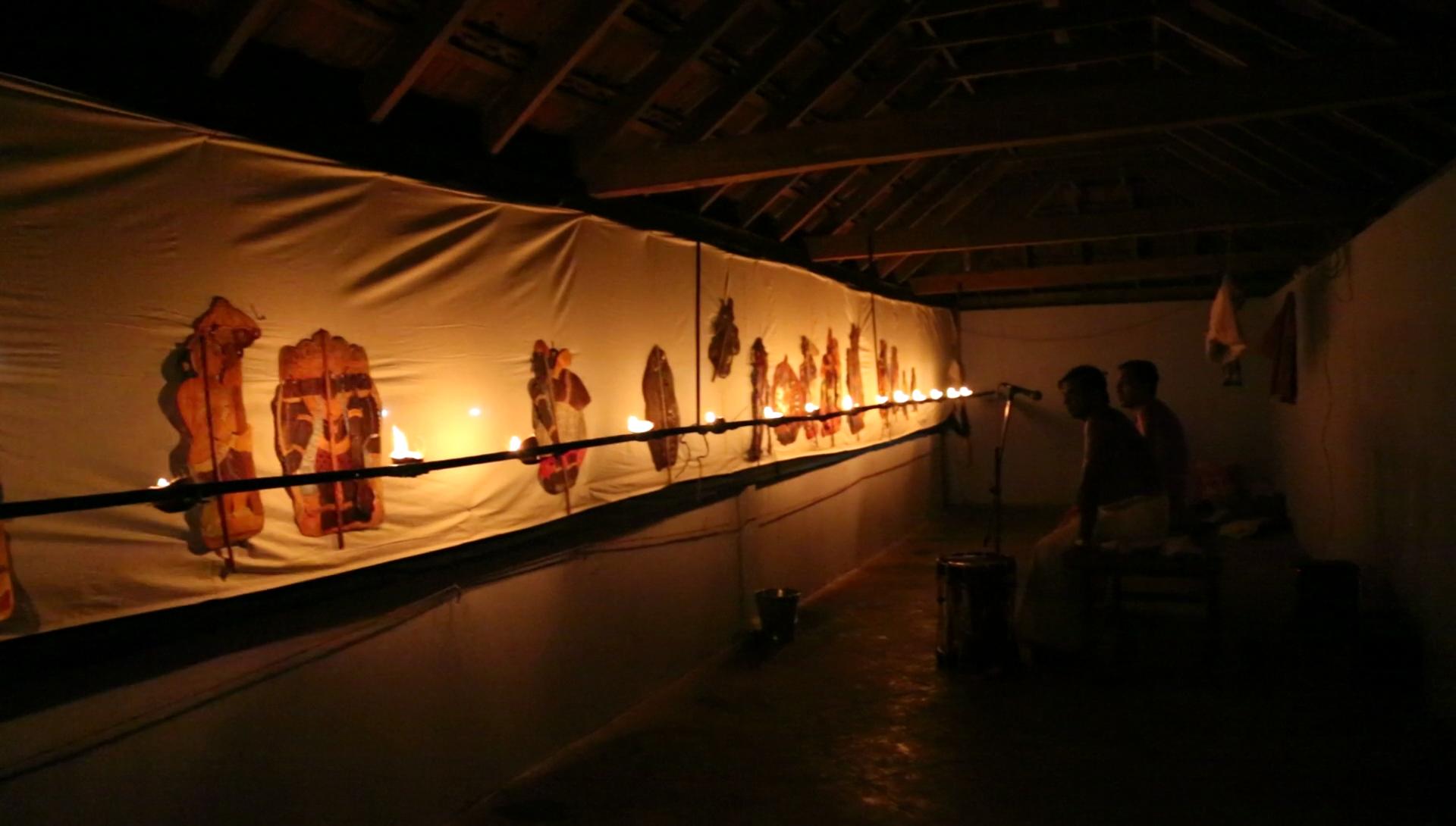 Derrière l'écran, les marionnettistes de <em>tolpava koothu</em> réalisent une scène du Râmâyana, mise en scène : Ramachandra Pulavar (Kerala, Inde)