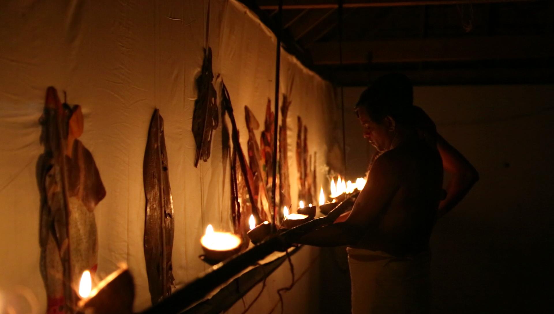 Allumage des vingt-et-une lampes de noix de coco derrière l'écran avant un spectacle de <em>tolpava koothu</em> d'un épisode du Râmâyana, mise en scène : Ramachandra Pulavar (Kerala, Inde)