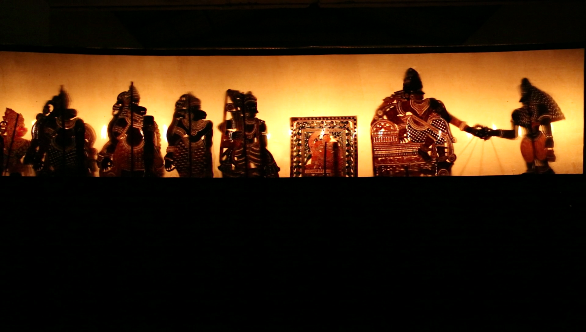 Râma, Sîtâ, Lakshmana et les généraux de singes, dans une scène de <em>tolpava koothu</em> du Râmâyana, mise en scène :  Ramachandra Pulavar (Kerala, Inde)