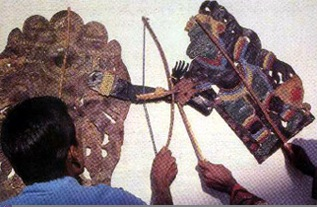 Les marionnettistes réalisent le théâtre d'ombres du Kerala, Inde, le <em>tolpava koothu</em>