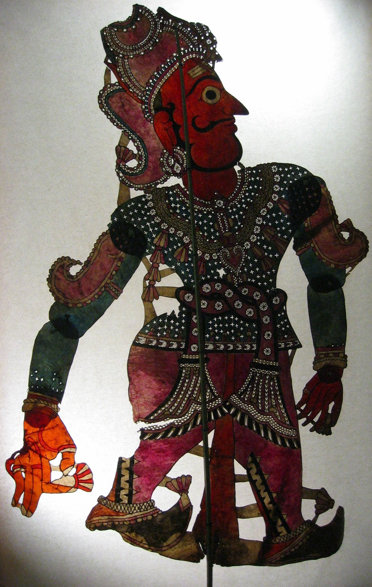 Râma, le personnage principal du Râmâyana, une figure d'ombre d'Andhra Pradesh, en Inde, tolu bommalata, hauteur : 1,10 m. Collection : Center for Puppetry Arts (Atlanta, Géorgie, États-Unis)