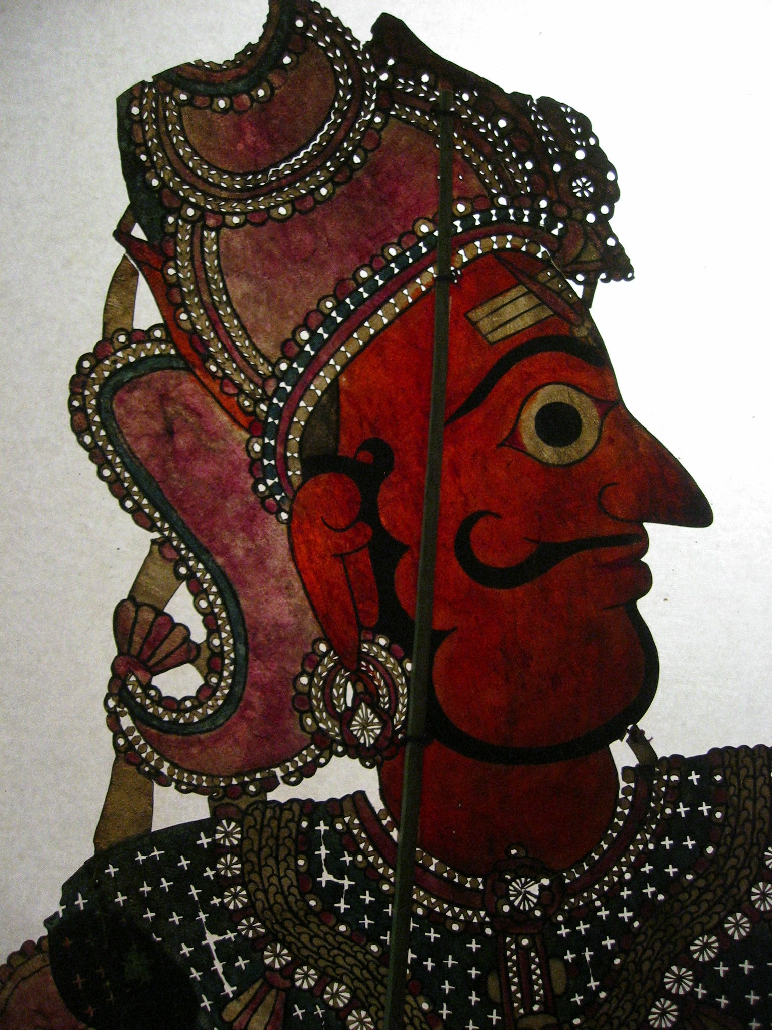Un détail, Râma, une figure d'ombre d'Andhra Pradesh, en Inde, tolu bommalata, hauteur : 1,10 m. Collection : Center for Puppetry Arts (Atlanta, Géorgie, États-Unis)
