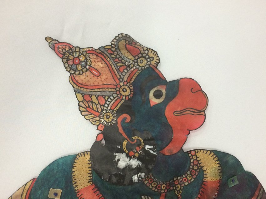 Un détail, <em>Hanuman</em>, un personnage central du Râmâyana, une figure d'ombre d'Andhra Pradesh, en Inde, tolu bommalata, hauteur : 1,10 m. Collection : Center for Puppetry Arts (Atlanta, Géorgie, États-Unis).