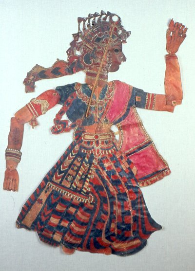Une danseuse, une marionnette d'ombres, tolu bommalata, d'Andhra Pradesh, en Inde, hauteur : 97 cm. Collection : Center for Puppetry Arts (Georgia, Atlanta, États-Unis)