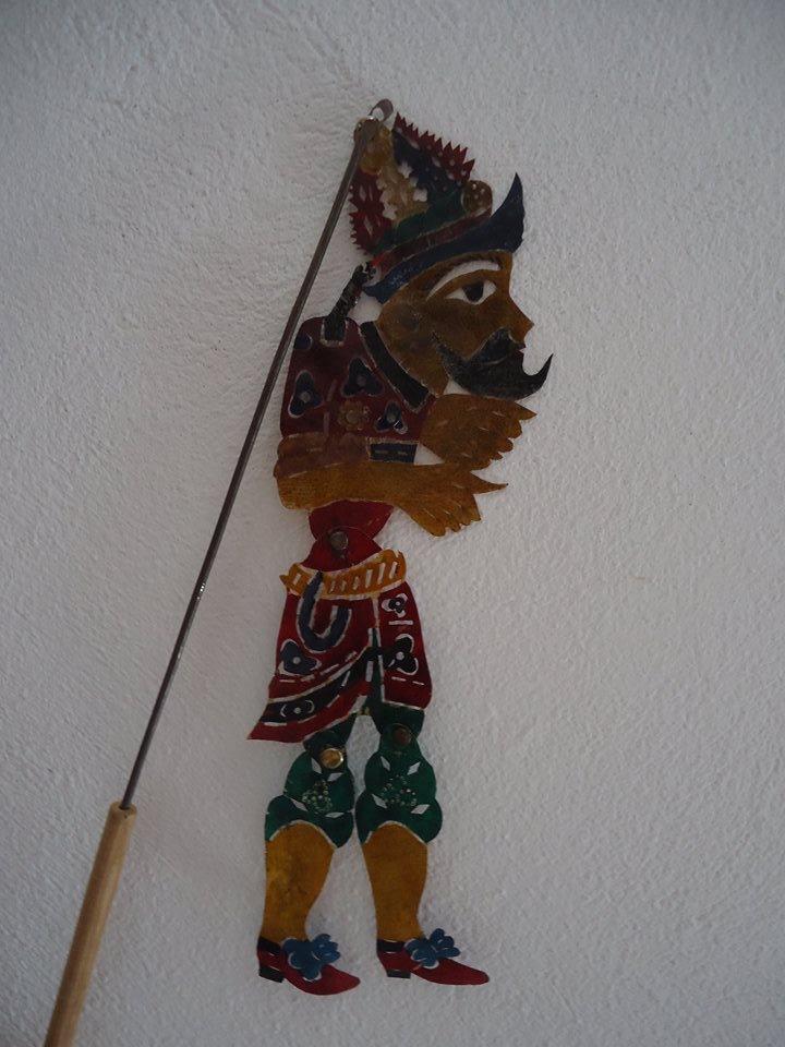 Haziouez, l'un des personnages du théâtre d'ombres karagouz de Tunisia, fabrication de marionnette : Mohamed Bechir Jaled (1980). Marionnette d'ombre en cuir de chèvre avec les tiges métallique, hauteur : 20 cm