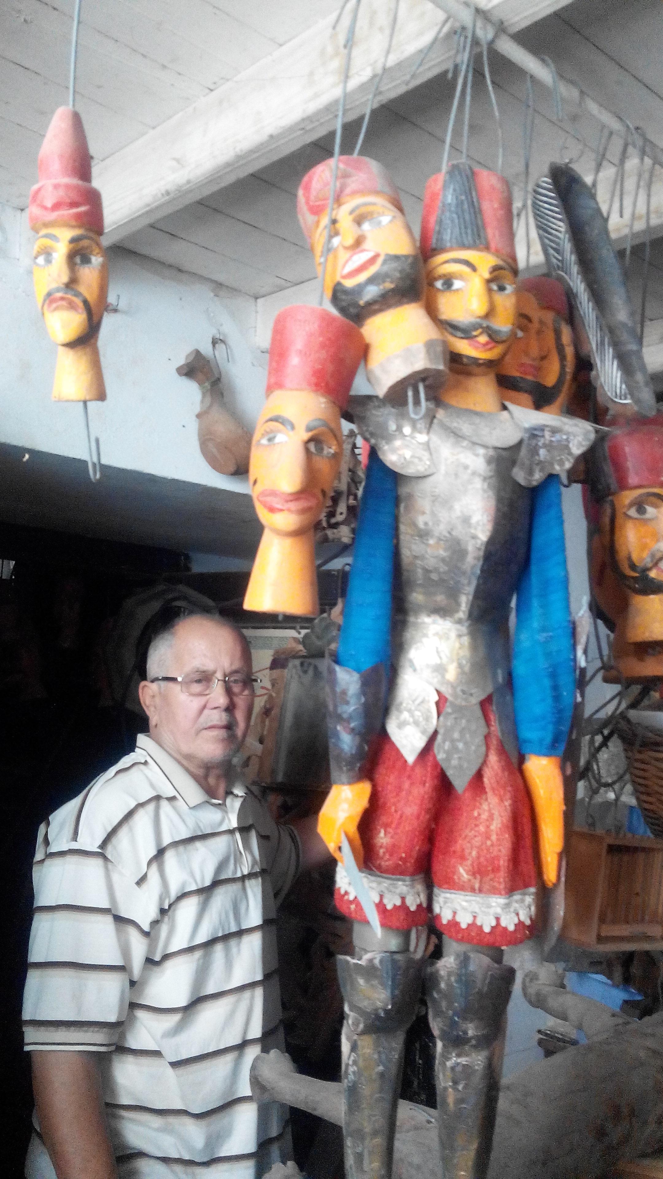 Hachmi Aschi avec une grande marionnette à tringle et les têtes de marionnettes anciennes d'Ismail Pacha, fabrication de marionnettes : Hachmi Aschi (Tunis, Tunisie)