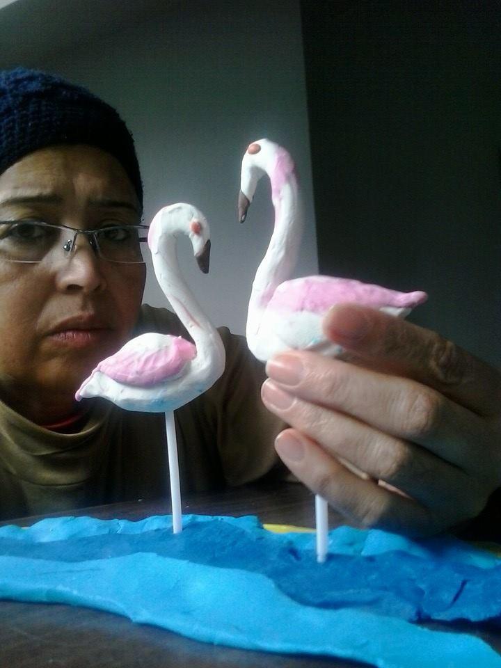 Les cigognes, dans <em>Histoire de grand mère</em> (2014) par Domia Production (Tunis, Tunisie), mise en scène, conception, scénographie, fabrication de marionnettes et manipulation : Habiba Jendoubi. Marionnettes en pâte à modeler, hauteur : 10-15 cm