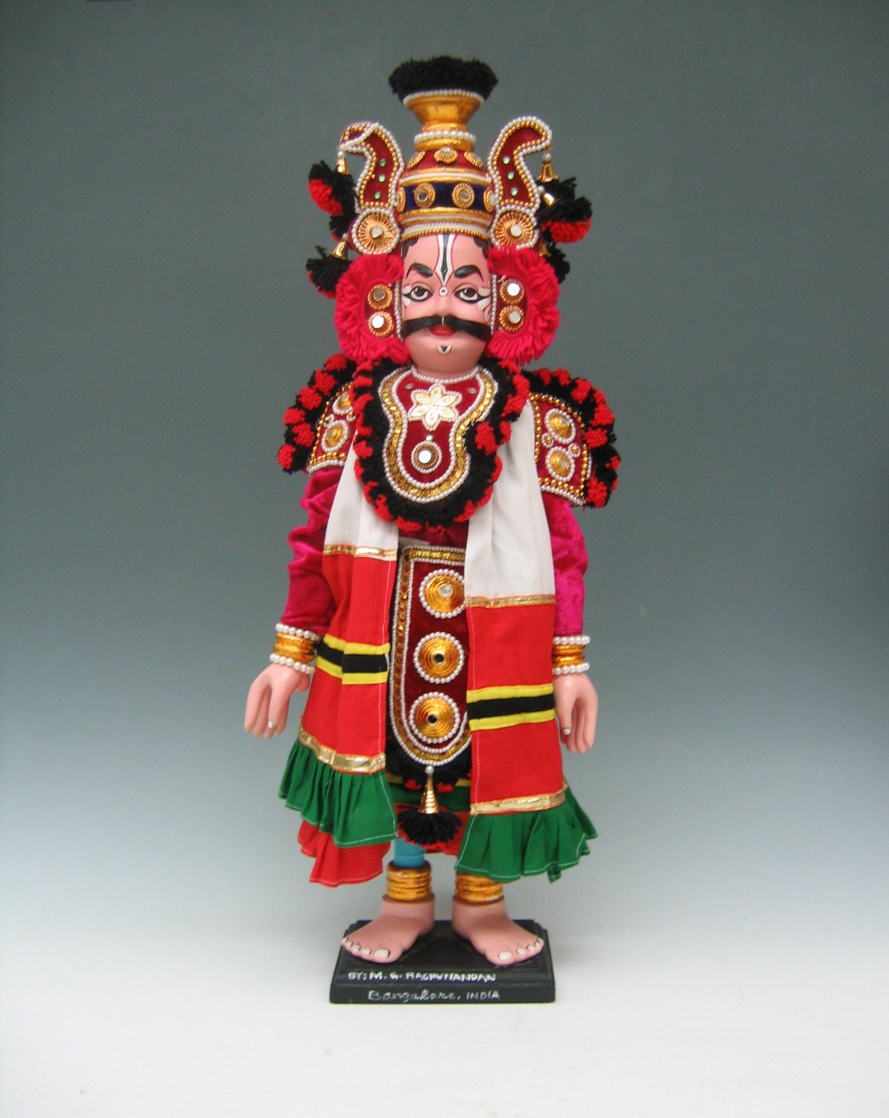 Une marionnette d'un personnage masculin dans le style de <em>yakshagana gombeyata</em> par Rangaputhali Raghunandan (Bangalore, Karnataka, Inde). Marionnette (fils enlevées et montées sur une base), hauteur: 68 cm. Collection : Center for Puppetry Arts (Atlanta, Géorgie, États-Unis)