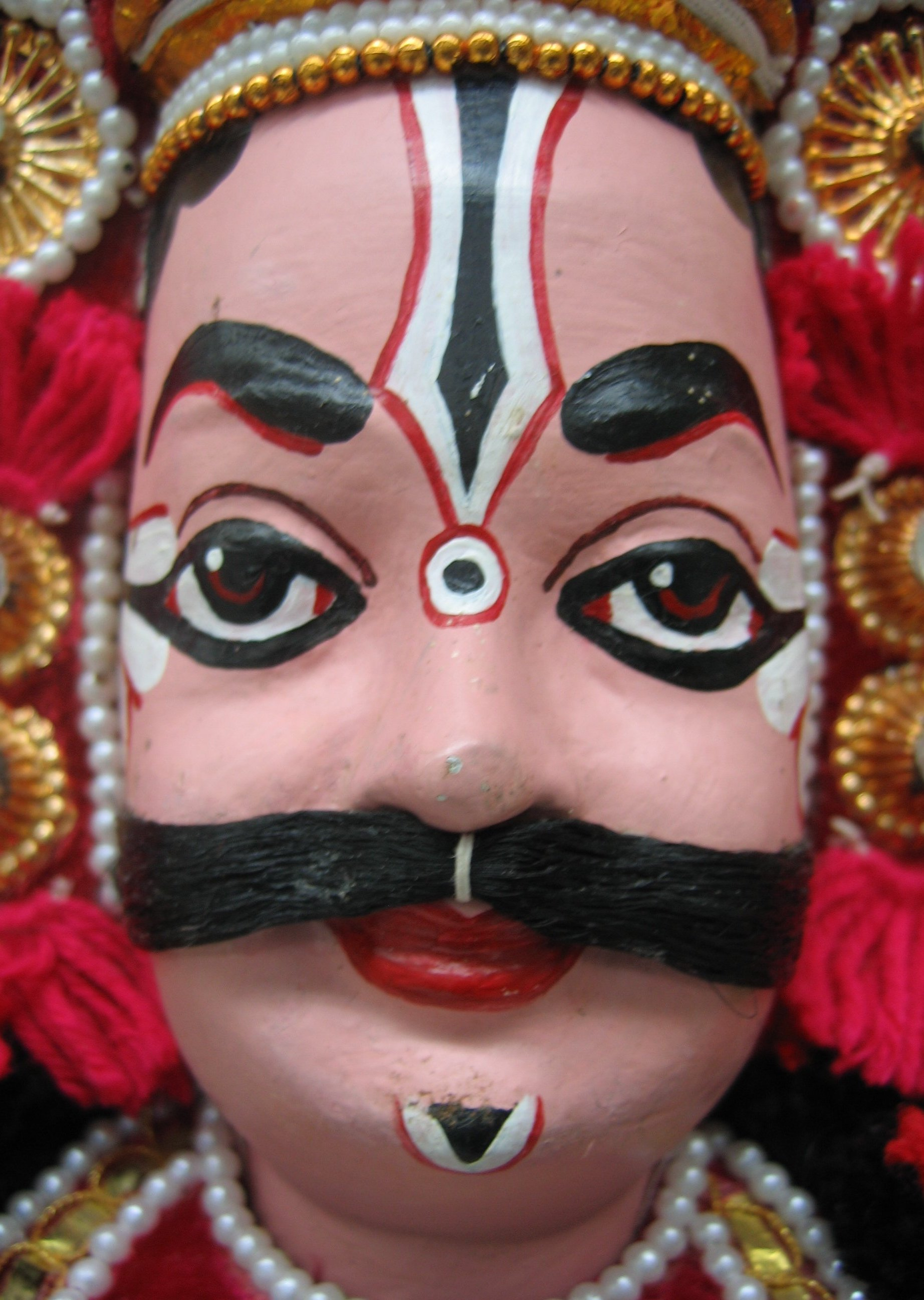 La tête d'une marionnette d'un personnage masculin dans le style de <em>yakshagana gombeyata</em> par Rangaputhali Raghunandan (Bangalore, Karnataka, Inde). Collection : Center for Puppetry Arts (Atlanta, Géorgie, États-Unis)